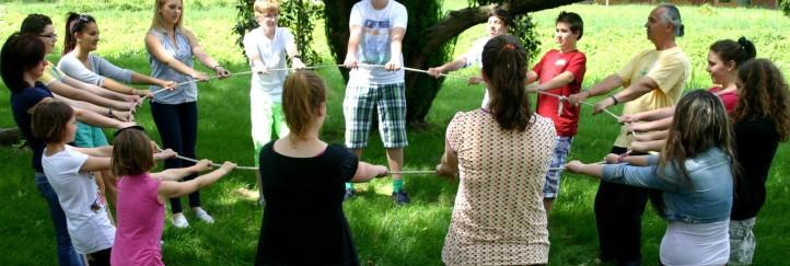 Ungarisch lernen bei Teambuilding-Spielen unter seltenen Bäumen