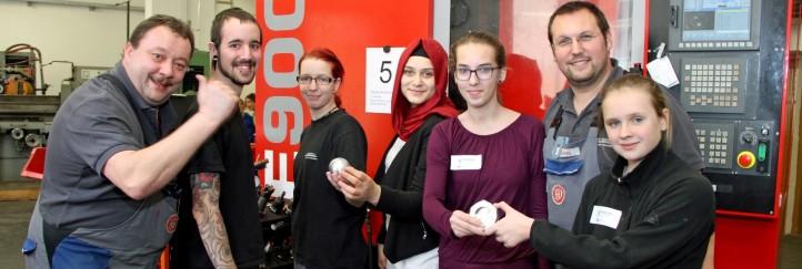 Mädels erkunden in 10 Stationen bei Hirtenberger technische Berufe